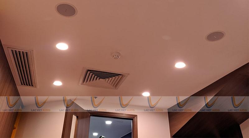 Sử dụng loa âm trần tại các quán có trần thạch cao