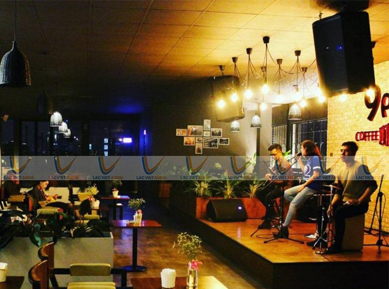 Bố trí không gian cho quán cafe hát cho nhau nghe quan tâm nhiều đến phần sân khấu