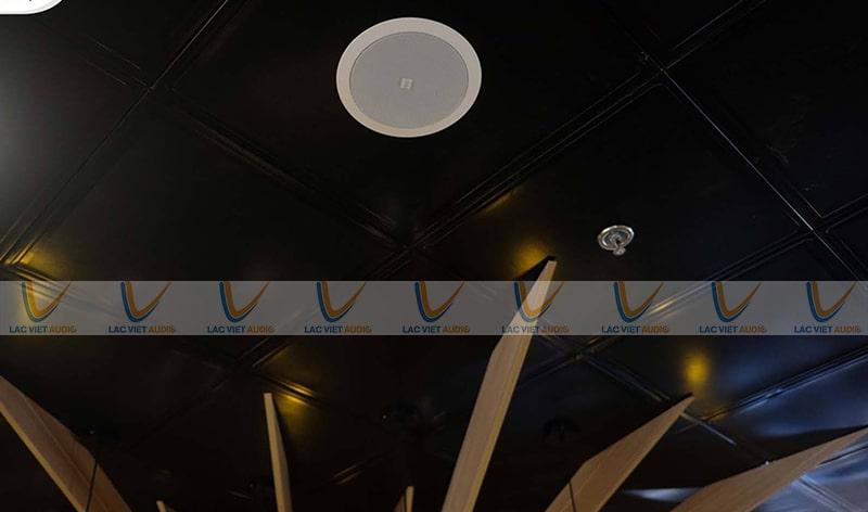 Loa âm trần cho quán cà Phê là hình ảnh chúng ta có thể dễ dàng bắt gặp