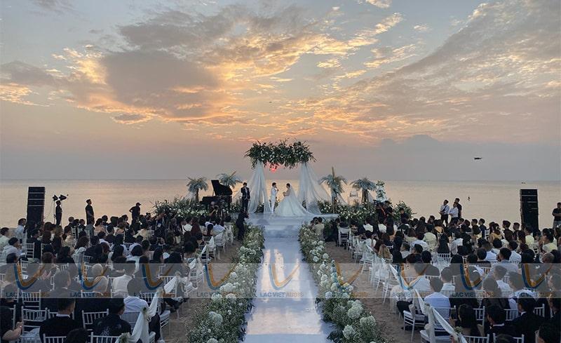 Loa array active dùng cho các đám cưới ngoài trời để tăng độ phủ âm cho không gian