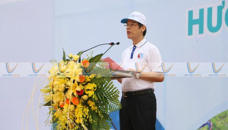 Sử dụng Micro cổ ngỗng Nuoxun D92 trong một buổi phát biểu