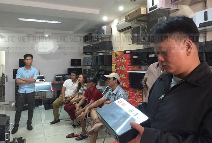Khách hàng đang xem và mua hàng tại Lạc Việt Audio
