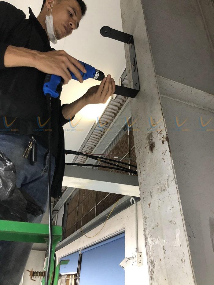 Kỹ thuật viên âm thanh Lạc Việt thi công lắp đặt hệ thống loa cho các phân xưởng