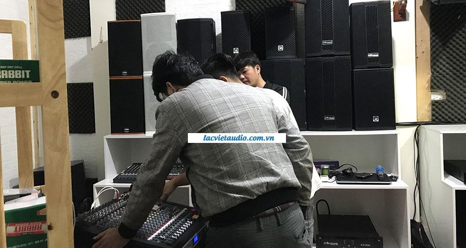 Khách thử bàn mixer Dynacord CMS 1000 tại Lạc Việt Audio