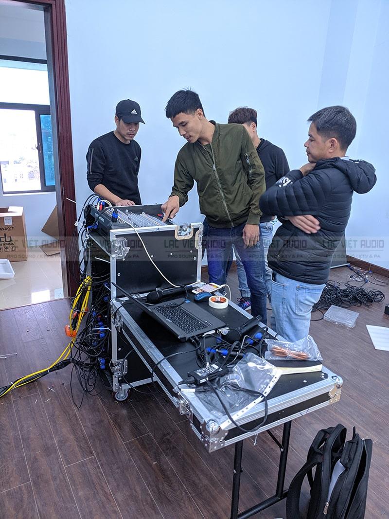 Các kỹ sư của Lạc Việt Audio đang kiểm tra các thiết bị