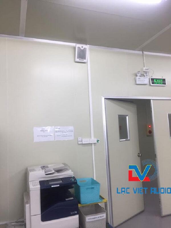 Loa treo tường 10W OBT-428 được gắn lên trong phòng