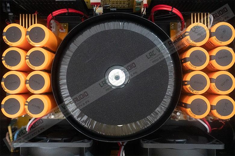 Các bo mạch màu cam mỗi bên tương ứng với 2 kênh công suất riêng biệt