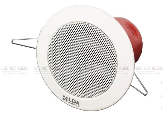 Loa âm trần CH 32TN có vành và lưới tản nhiệt màu trắng, ốp chụp màu đỏ