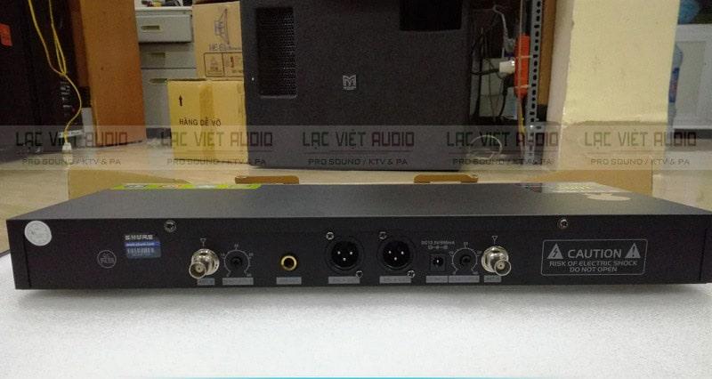 Mặt sau đầu thu tín hiệu sóng UHF từ mic không dây SHURE UGX9 ii
