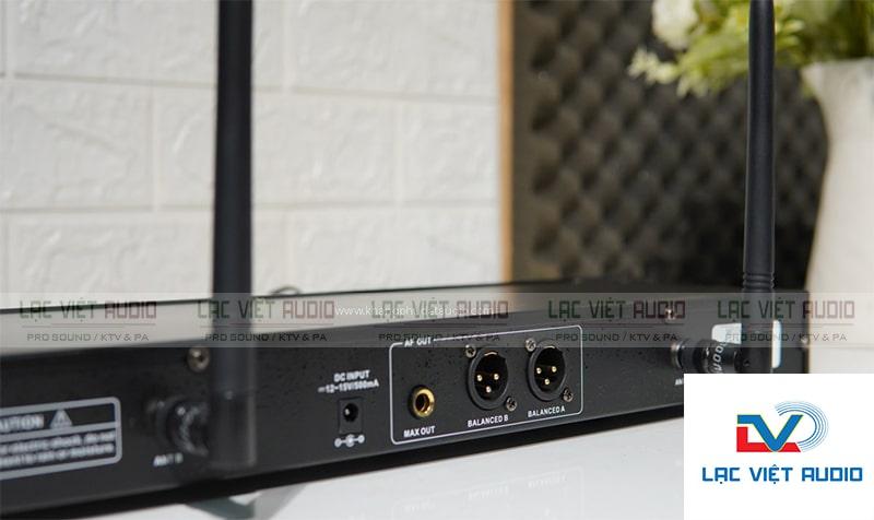 Mặt sau đầu thu micro có các cổng kết nối với thiết bị âm thanh khác