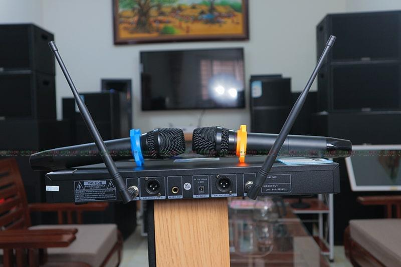 Micro King EW 200 2 antent có thiết kế mặt sau dễ kết nối và sử dụng