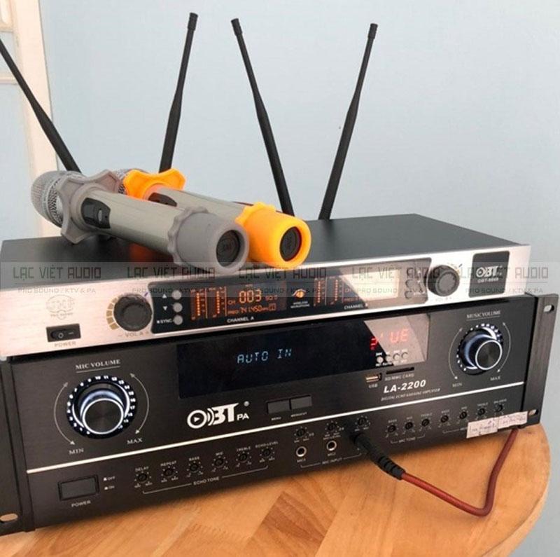 Micro không dây OBT-8668 kết hợp với amply karaoke cho âm thanh chuyên nghiệp