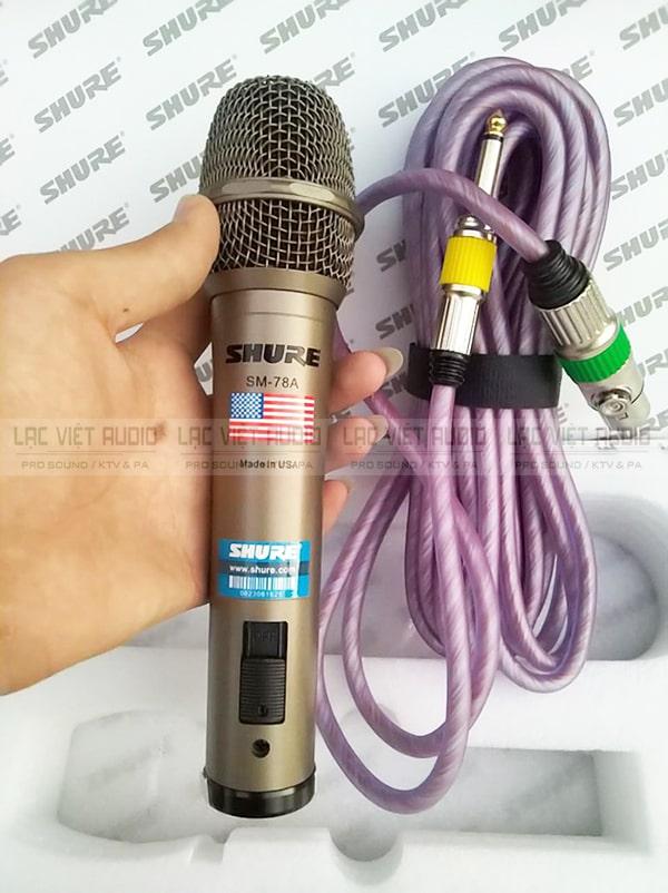 Trên tay micro có dây SM 78A